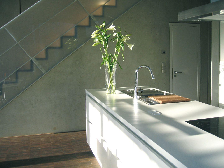 Weiße Küche Lackiert : Weiße Küche am Treppenaufgang - bauemotion ...