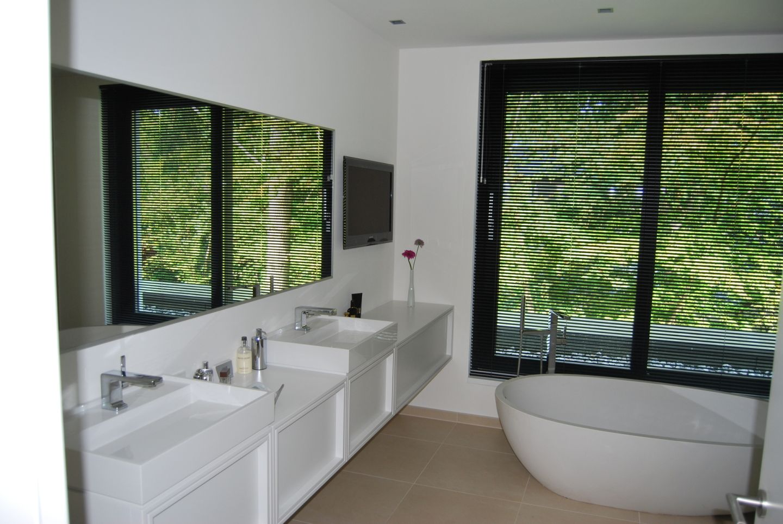 entspannung und unterhaltung im badezimmer. Black Bedroom Furniture Sets. Home Design Ideas