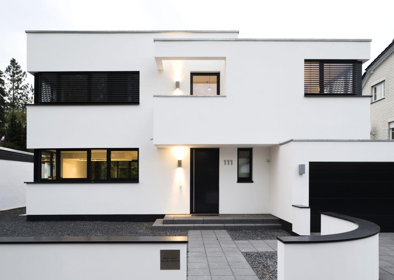 hauseingang in schwarz wei er architektur. Black Bedroom Furniture Sets. Home Design Ideas