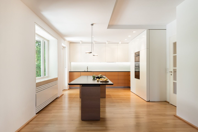 Elegante kuche mit arbeitstisch bauemotionde for Arbeitstisch küche