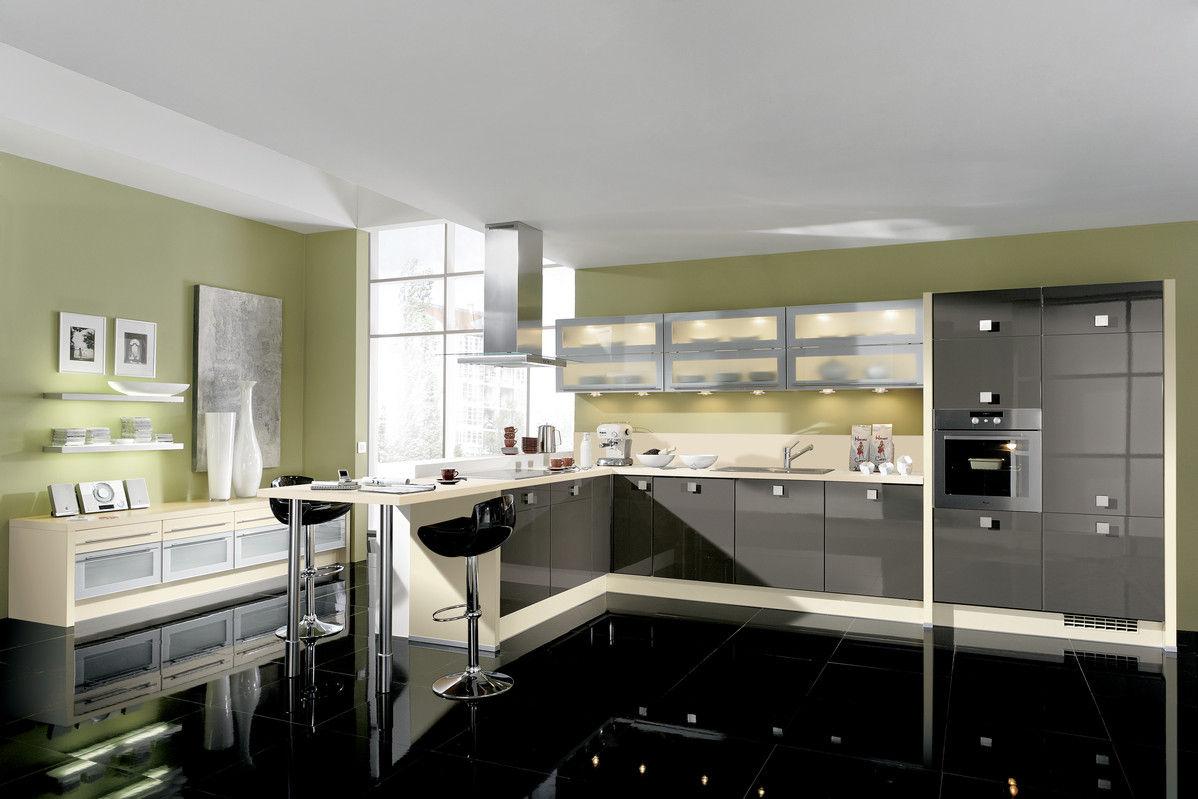Moderne Küche mit schwarzem Hochglanz-Boden - bauemotion.de