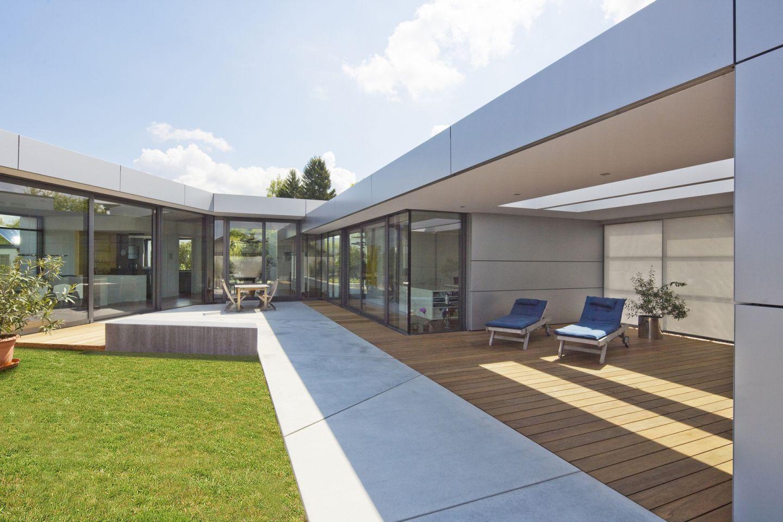Asymmetrische terrassen architektur for Modernes wohnen haus