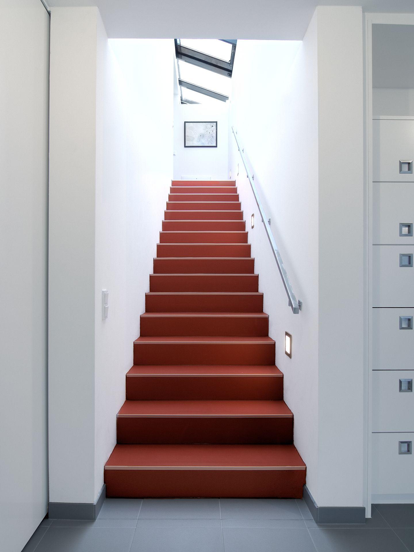 treppenaufgang in kr ftigem rot. Black Bedroom Furniture Sets. Home Design Ideas