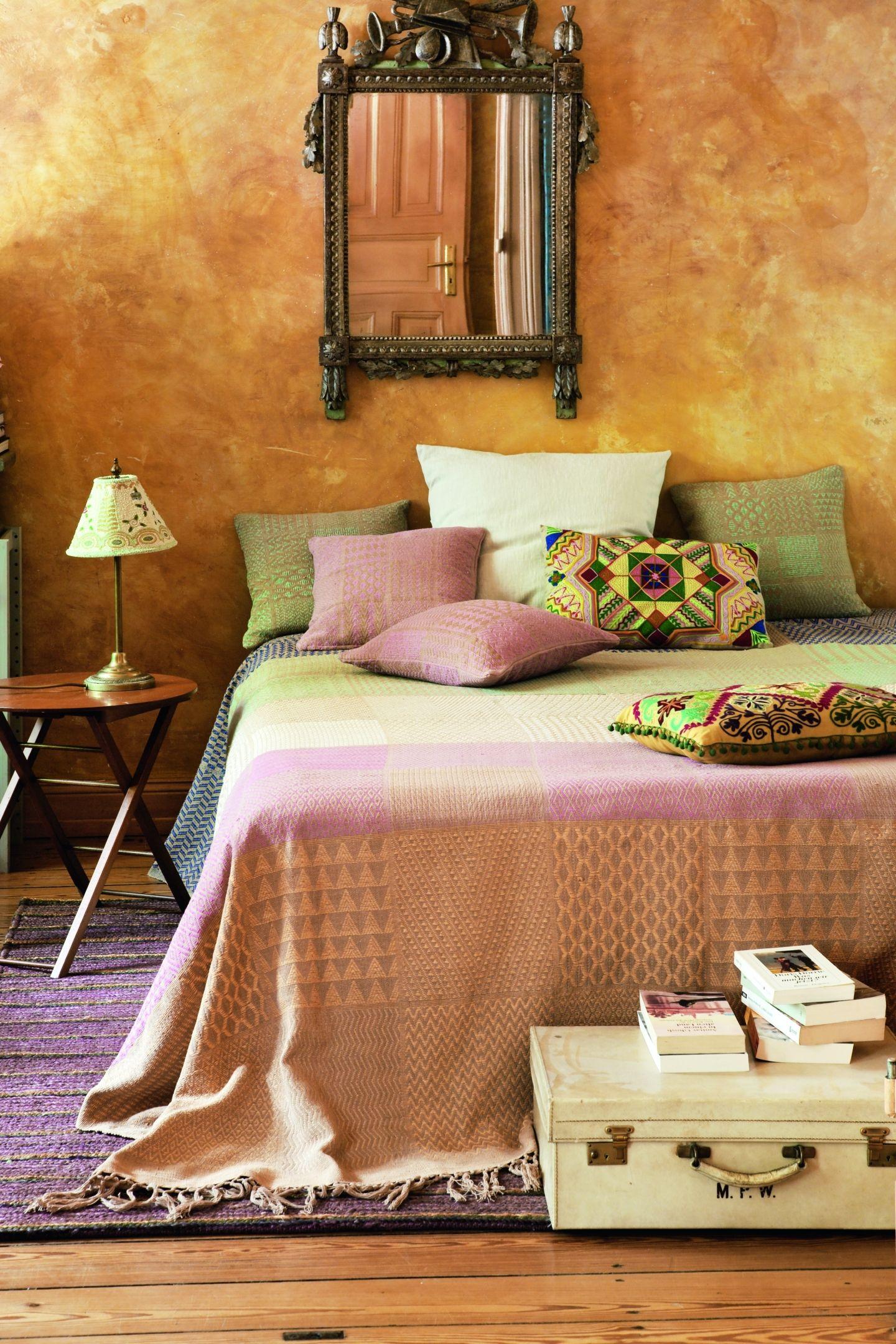 Mediterranes Schlafzimmer mit goldener Wand - bauemotion.de