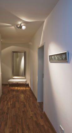der flur farbe und licht f r die visitenkarte des hauses. Black Bedroom Furniture Sets. Home Design Ideas