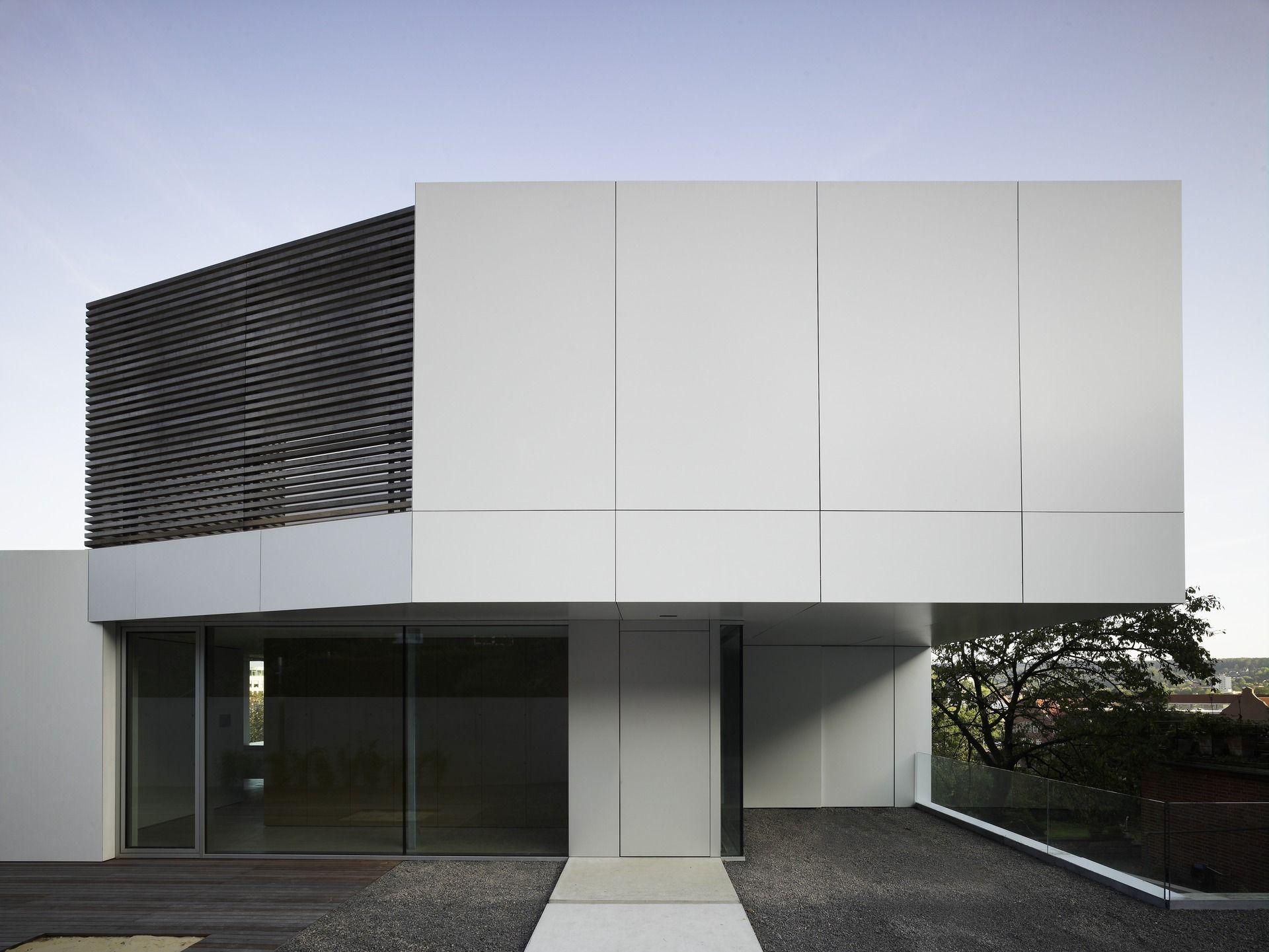 Hellgraue Fassade Mit Lamellenelement Bauemotion De