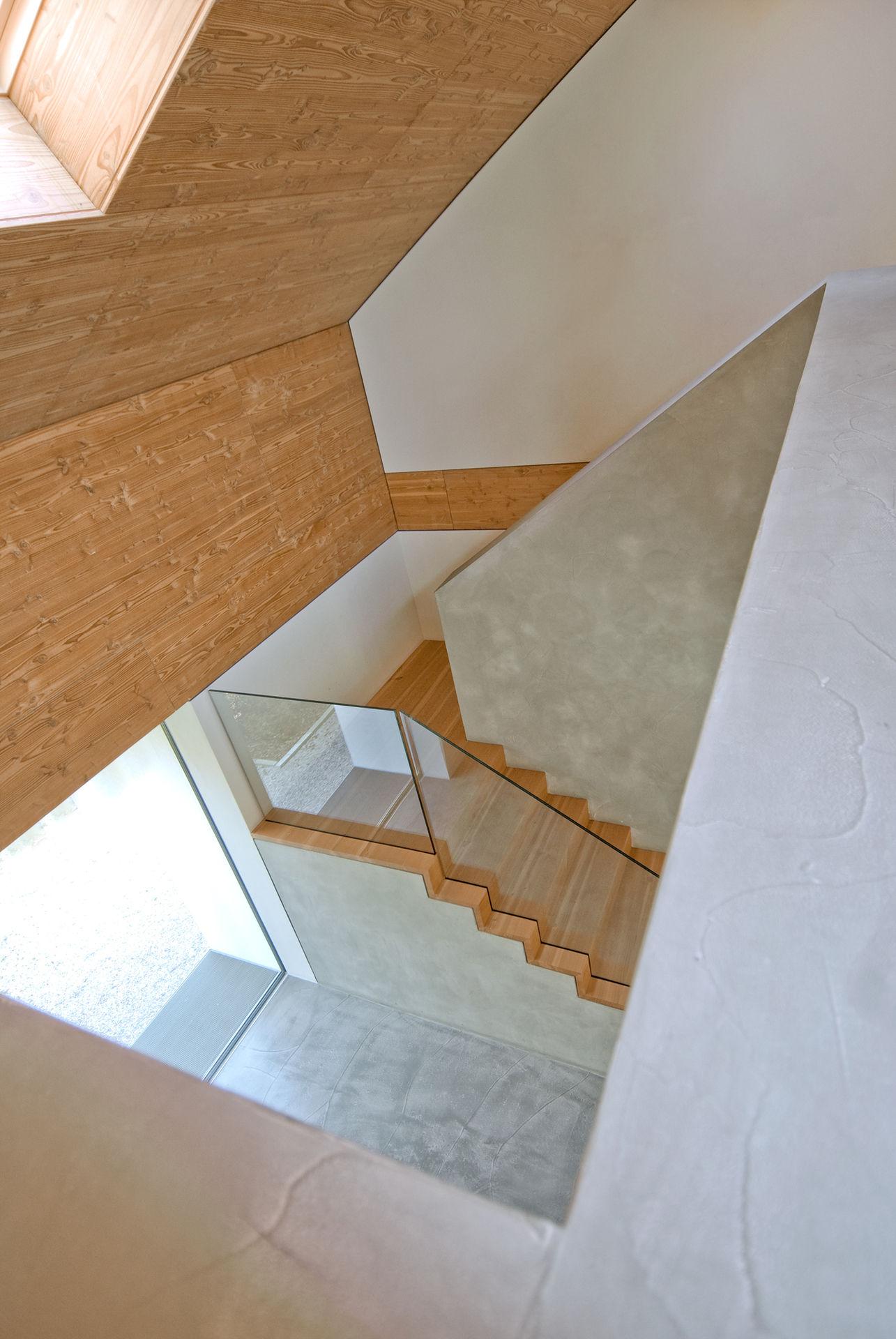 treppe mit betonbr stung und glasgel nder. Black Bedroom Furniture Sets. Home Design Ideas