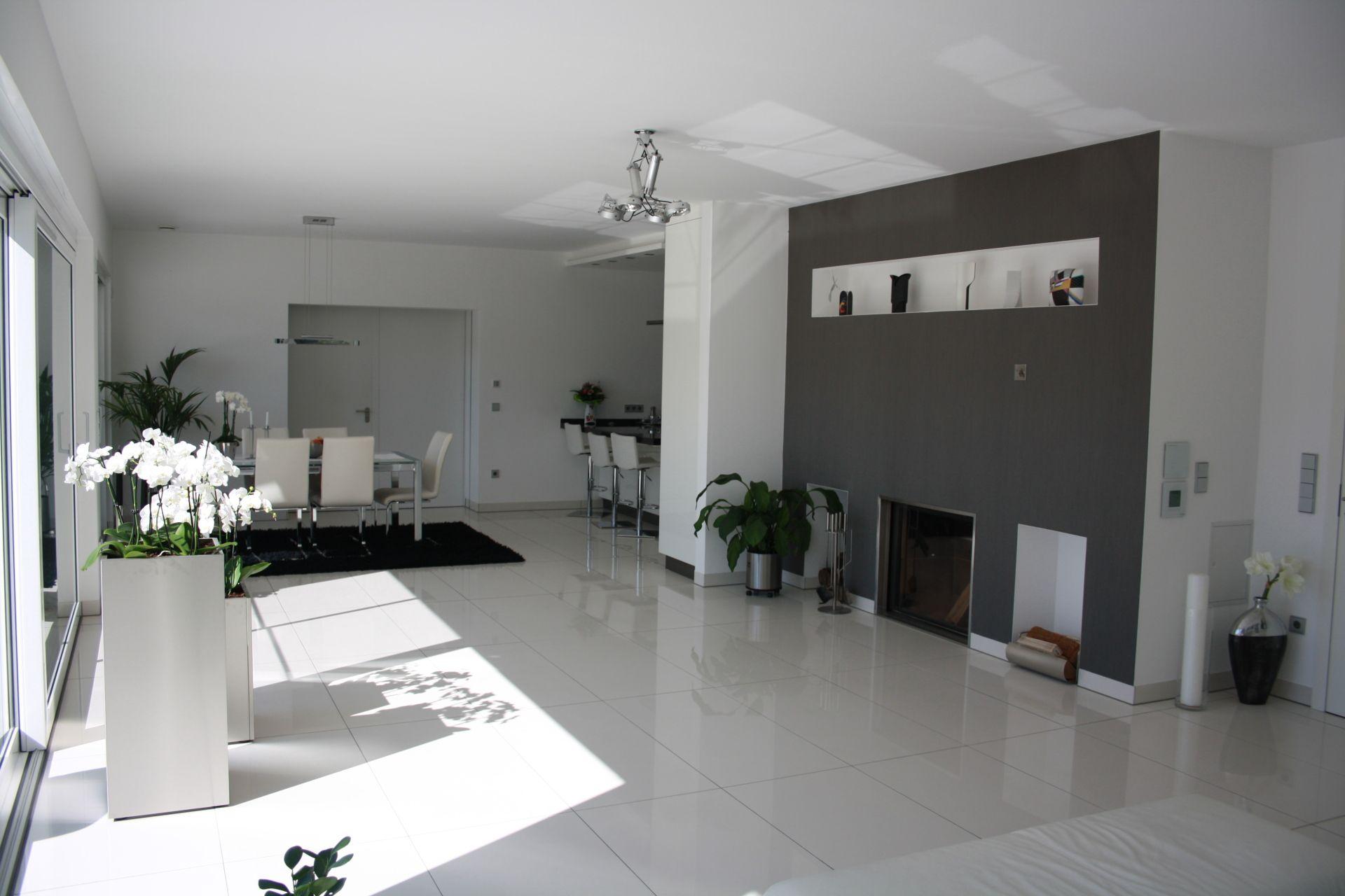 Weiße Hochglanz Fliesen für ein helles Esszimmer
