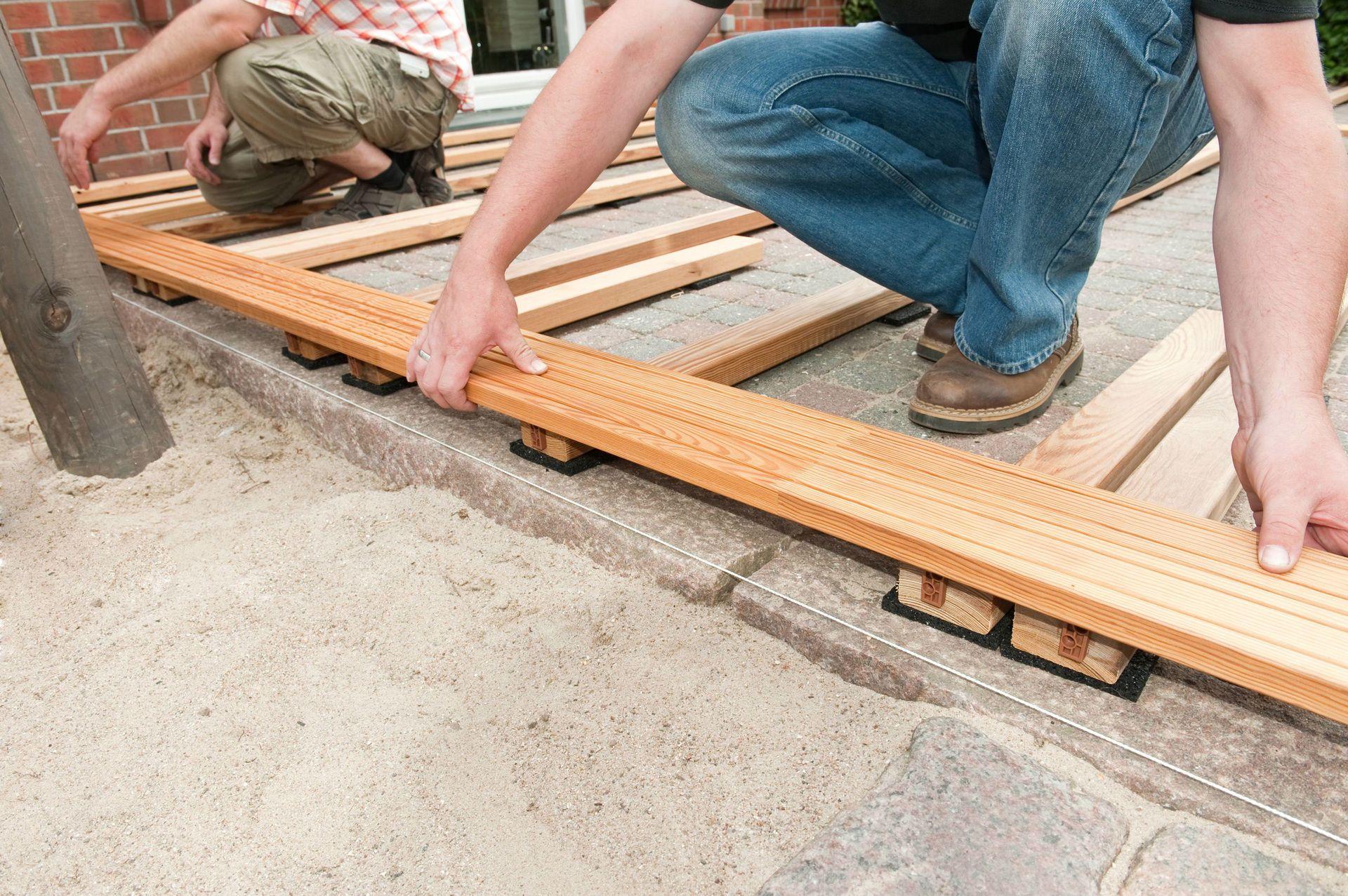 Holzterrasse bauen   bauemotion.de