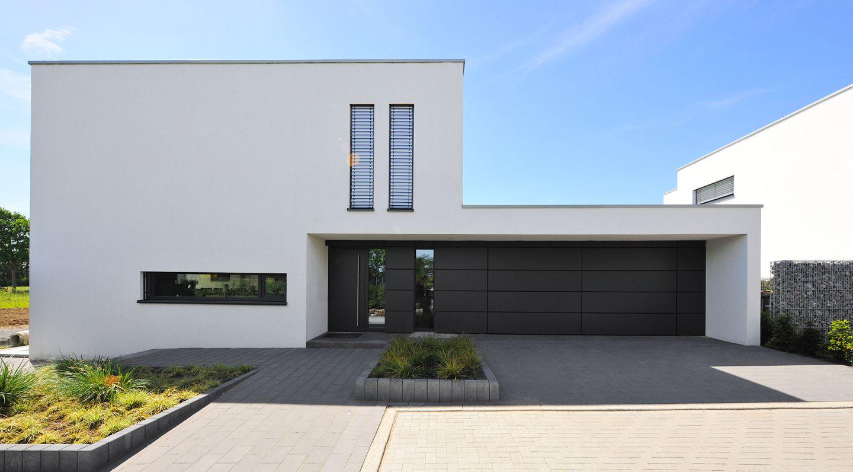 Zur ckgesetzter hauseingang in moderner architektur for Modernes l haus