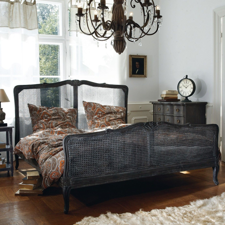 schlafzimmer mit antikem bett. Black Bedroom Furniture Sets. Home Design Ideas