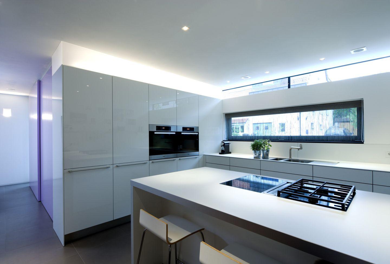 Weiße Küche mit Lichtband bauemotion