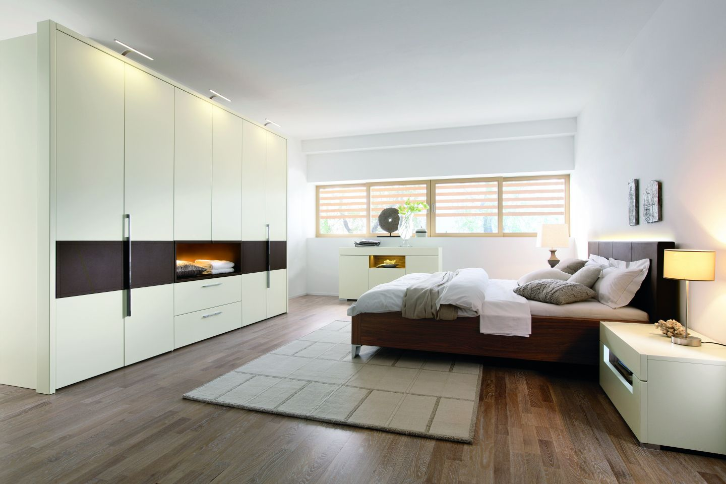 schlafzimmer mit beleuchtetem schranksystem. Black Bedroom Furniture Sets. Home Design Ideas