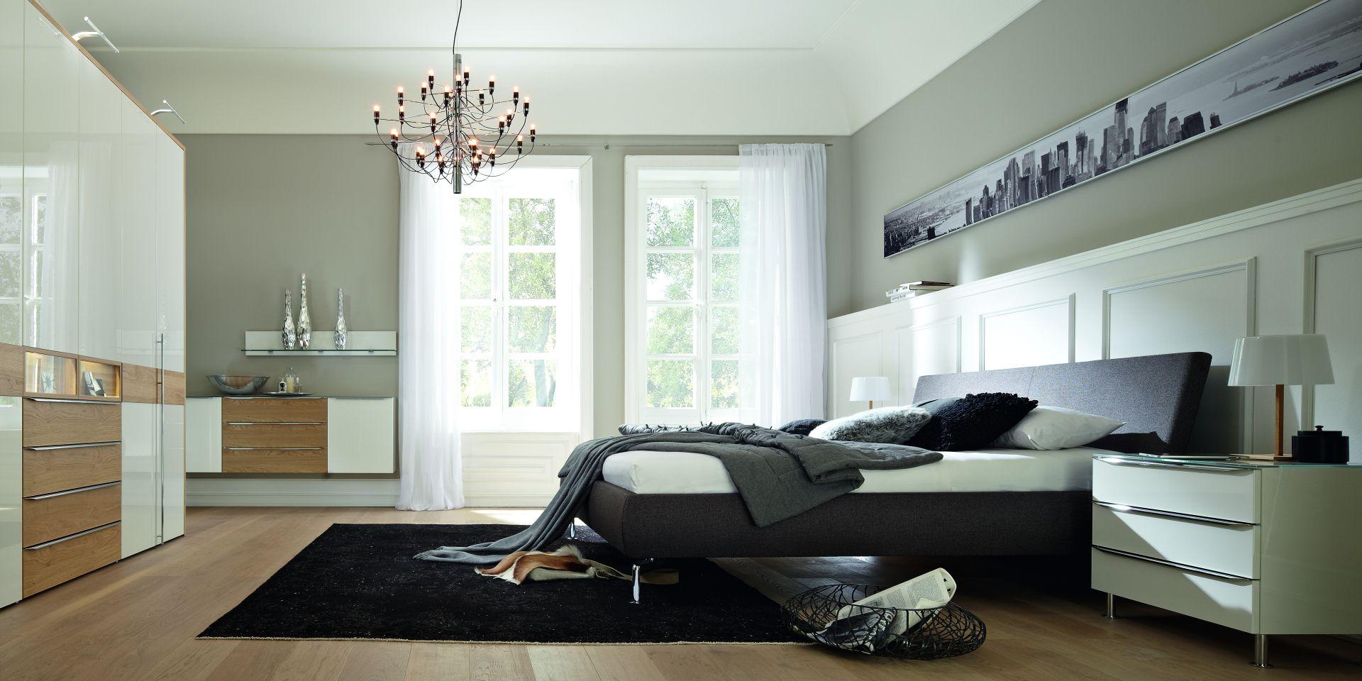 elegantes schlafzimmer in grau t nen. Black Bedroom Furniture Sets. Home Design Ideas