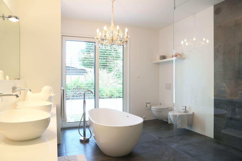 badezimmer mit freistehender badewanne. Black Bedroom Furniture Sets. Home Design Ideas