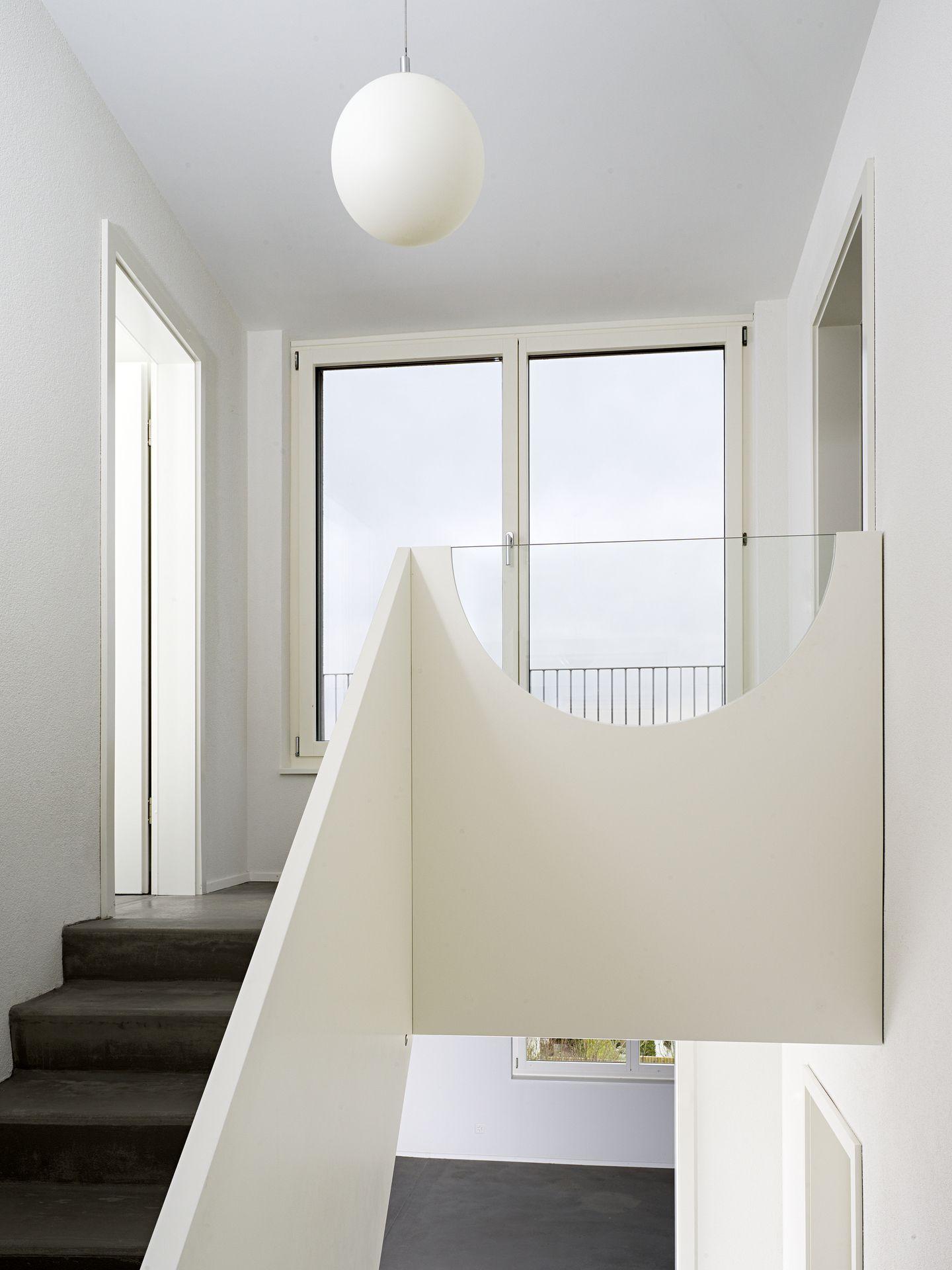 treppenbr stung mit formsch nem glaseinsatz. Black Bedroom Furniture Sets. Home Design Ideas