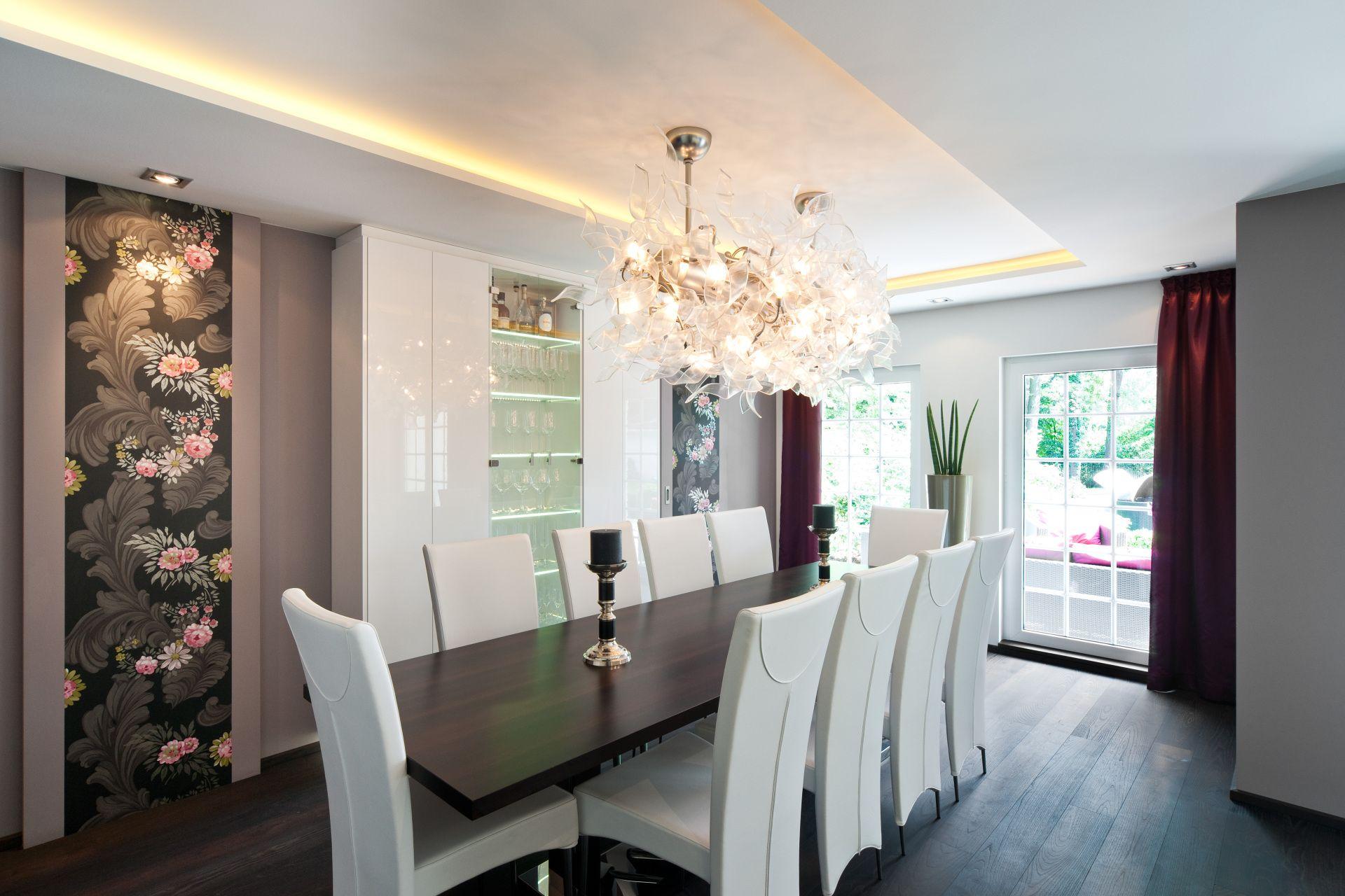 speisen mit stil zeitloses esszimmer f r zehn personen. Black Bedroom Furniture Sets. Home Design Ideas